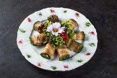 Voorgerecht van gevulde aubergine met gezouten die zalm met sla en bloem wordt verfraaid stock foto