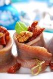 Voorgerecht van haringenbroodjes met droge tomaat en okkernoten voor chr stock foto's