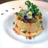 Voorgerecht van humus met olijfolie wordt gemaakt die stock afbeelding