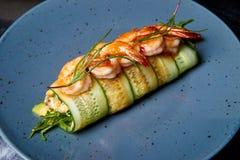 Voorgerecht van komkommerbroodjes met garnalen en roomkaas stock foto's