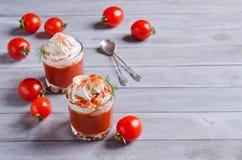 Voorgerecht van tomaat en room stock afbeeldingen