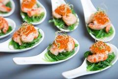 Voorgerecht van zeewierchuka, krabben en kaviaar op gedoseerde spoos royalty-vrije stock foto