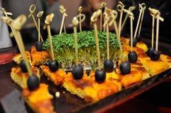 Voorgerechten op vleespennen met zwarte olijven stock afbeeldingen