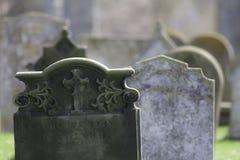 voorgeslacht Spookachtige kerkhofgrafstenen stock afbeelding