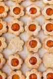 Voorgestelde koekjes in de vorm van kamille stock afbeelding
