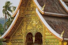 Voorgevel en dakdecoratie van de de Klap Boeddhistische tempel van Hagedoornpha bij het Royal Palace-Museum in Luang Prabang, Lao Royalty-vrije Stock Foto