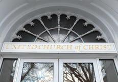 Voorgevel en embleem van Verenigde Kerk van de bouw van Christus in Keene, NH, de V.S. Stock Foto's