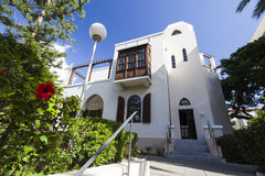 Voorgevel en ingang in Bet Bialik House-museum Tel Aviv, Israël Royalty-vrije Stock Afbeeldingen