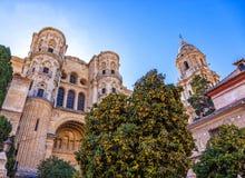 Voorgevel en klokketoren van de Kathedraal van Malaga, Spanje stock afbeeldingen