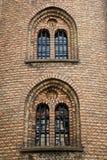 Voorgevel en Vensters van Kerk met rode en gele bakstenen, Kopenhagen Royalty-vrije Stock Afbeeldingen