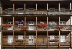 Voorgevel met bloemen, Cortina-dAmpezzo, Italië Stock Foto's