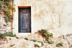 Voorgevel met deur in Saint Tropez, Frankrijk Royalty-vrije Stock Afbeeldingen