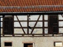 Voorgevel met deuren van een helft-betimmerd huis Stock Foto