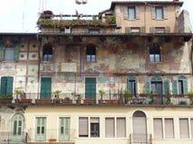 Voorgevel met fresko's in een oud gebouw bij Piazza delle Erbe van Verona in Italië stock fotografie
