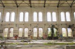 Voorgevel met graffiti van een oude fabriek royalty-vrije stock foto
