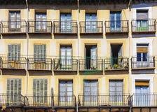 Voorgevel met rijen van balkons Stock Foto