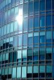 Voorgevel met vensters van blauw glas bij een hih-stijgingsgebouw Stock Afbeeldingen