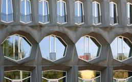 Voorgevel met vensters van diverse vormen in Berlijn en bezinning in hen stock foto