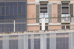 Voorgevel met vensters van verschillende vormen Stock Foto's