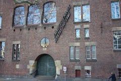 Voorgevel of muur van een buitengebouw dat van rode bakstenen met grote vensters wordt geconstrueerd Universiteit van Rotterdam royalty-vrije stock afbeeldingen