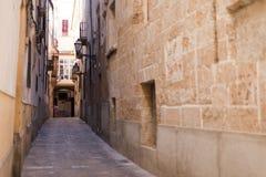 Voorgevel van beige Mediterrane Spaanse huizen tegen een duidelijke blauwe hemel Royalty-vrije Stock Fotografie