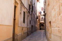 Voorgevel van beige Mediterrane Spaanse huizen tegen een duidelijke blauwe hemel Royalty-vrije Stock Foto