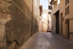 Voorgevel van beige Mediterrane Spaanse huizen tegen een duidelijke blauwe hemel Stock Afbeelding