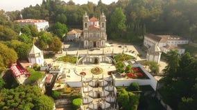 Voorgevel van Bom Jesus do Monte, luchtmening 7 oktober 2016 van Braga, Portugal stock videobeelden