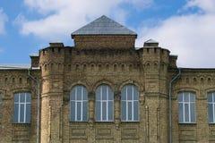 Voorgevel van de administratieve bouw met vensters royalty-vrije stock fotografie
