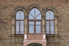 Voorgevel van de administratieve bouw met vensters en een balkon stock fotografie