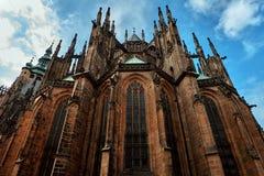 Voorgevel van de belangrijkste ingang aan de St Vitus kathedraal in het Kasteel van Praag in Praag, Tsjechische Republiek stock foto's