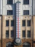Voorgevel van de bouw met reuze openluchtthermometer royalty-vrije stock afbeelding