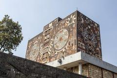 Voorgevel van de Centrale Bibliotheek Biblioteca Centraal bij de Universiteit van Ciudad Universitaria UNAM in Mexico-City - Mexi royalty-vrije stock afbeeldingen