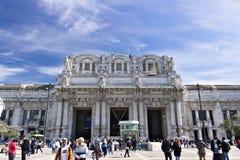Voorgevel van de centrale post van Milaan Piazza Duca D 'Aosta, whe stock afbeeldingen