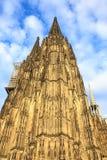 Voorgevel van de Dom kerk in de stad Keulen door zon wordt aangestoken die Royalty-vrije Stock Foto's