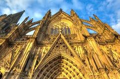 Voorgevel van de Dom kerk in de stad Keulen door zon wordt aangestoken die Royalty-vrije Stock Fotografie