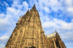Voorgevel van de Dom kerk in de stad Keulen door zon wordt aangestoken die Stock Foto
