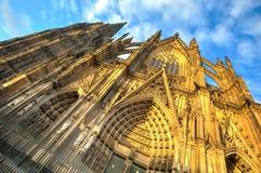 Voorgevel van de Dom kerk in de stad Keulen met blauwe hemel Stock Afbeelding