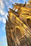 Voorgevel van de Dom kerk in de stad Keulen met blauwe hemel Royalty-vrije Stock Afbeelding