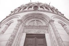 Voorgevel van de Doopkapel van de Kathedraalkerk, Pisa Stock Afbeelding