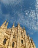 Voorgevel van de Duomo-Kathedraal in Milaan die zich lang tegen de blauwe hemel met uiterst kleine witte die clounds bevinden, do royalty-vrije stock foto's