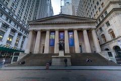 Voorgevel van de Federale Zaal met Washington Statue op de voorzijde, de Stad van Wall Street, Manhattan, New York stock fotografie