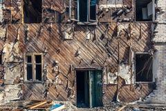 Voorgevel van de geruïneerde verlaten bouw Stock Fotografie