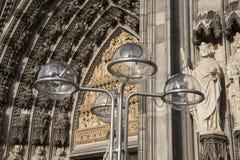 Voorgevel van de Kathedraal en de Lantaarnpaal van Keulen Royalty-vrije Stock Foto
