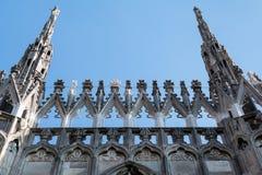 Voorgevel van de kathedraal van Milaan beroemd voor zijn talrijke standbeelden op torenspitsen Stock Foto
