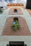 Voorgevel van de oude bouw met decoratieve installaties Stock Afbeelding