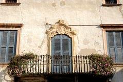 Voorgevel van de oude bouw in Verona Stock Fotografie