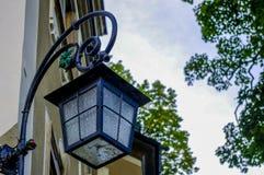 Voorgevel van de oude sepia bouw met lantaarn bij nacht Stock Foto