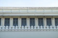 Voorgevel van de oude verlaten bouw met vensters Royalty-vrije Stock Afbeelding
