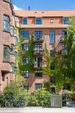 Voorgevel van de rode baksteenbouw met Balkons en Klimop, Kopenhagen Stock Afbeeldingen
